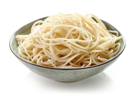 Schüssel gekochte Spaghettiteigwaren lokalisiert auf weißem Hintergrund Standard-Bild