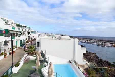Puerto del Carmen, Lanzarote Island, SPAIN - DECEMBER 1, 2017: Tourists are walking through the Puerto del Carmen town on the coast of Atlantic Ocean, Lanzarote Island, Spain 報道画像