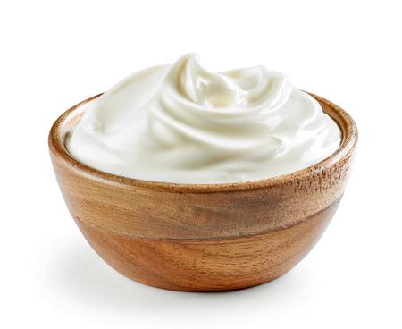 crema agria o yogur en un tazón de madera