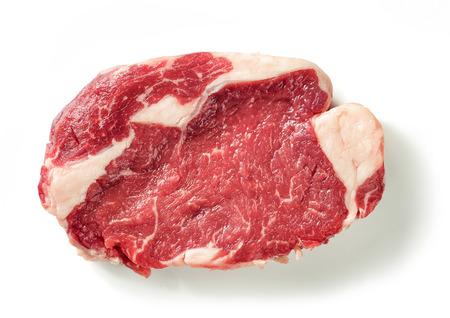 Verse rauwe biefstuk vlees geïsoleerd op een witte achtergrond, bovenaanzicht