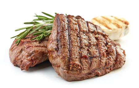 Gegrilltes Rinderfiletsteakfleisch isoliert auf weißem Hintergrund