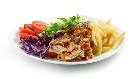 Plato de kebab de pollo y verduras aislado sobre fondo blanco.