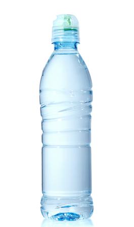 Bouteille d'eau en plastique isolé sur blanc