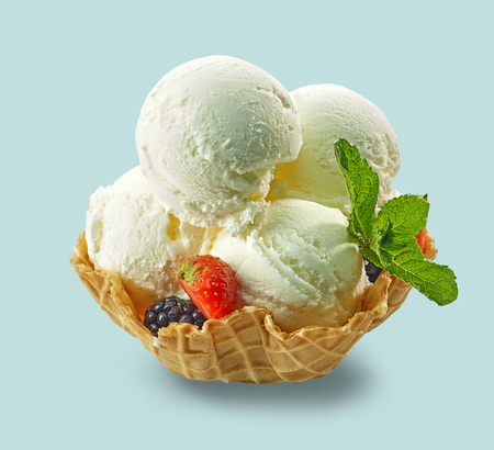 Vanilla ice cream in waffle basket isolated on pastel blue Banque d'images - 124797601