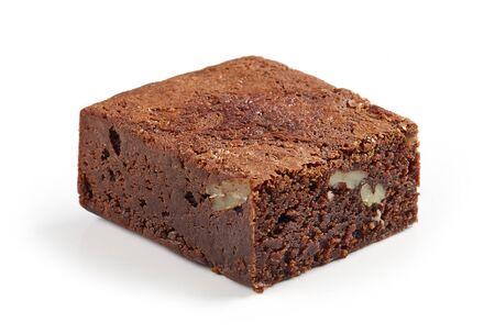 pezzo di torta brownie isolato su sfondo bianco
