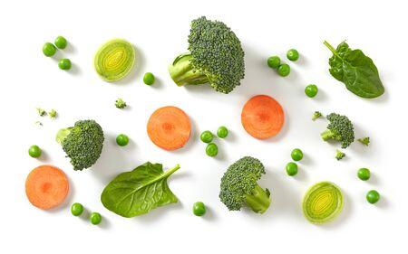 Zusammensetzung von frischem Brokkoli, Karotten und grünen Erbsen isoliert auf weißem Hintergrund, Ansicht von oben Standard-Bild