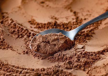 spoon of fine cocoa powder Stockfoto