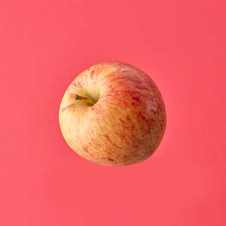 single fresh raw apple isolated on pink background 免版税图像