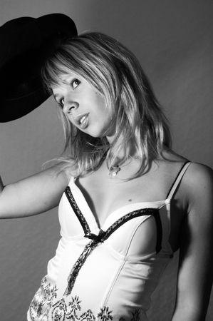 boinas: la mujer, ni�a, sombreros, boinas, accesorios, moda, estilo, la inocencia, de expresi�n, la cara, el viento, el pelo, el pelo largo, ojos, de ensue�o, la belleza, sentimiento, emoci�n, en blanco y negro Foto de archivo
