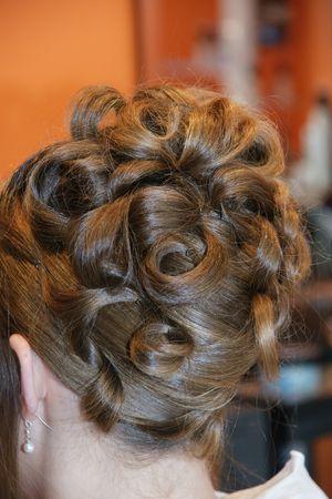 hochzeitsfrisur: Hochzeit Frisur, sie hat eine bun-Schleife, die Braut ist der Friseur, eine Frau tr�gt Ohrringe in kleinen wei�en Perlen.