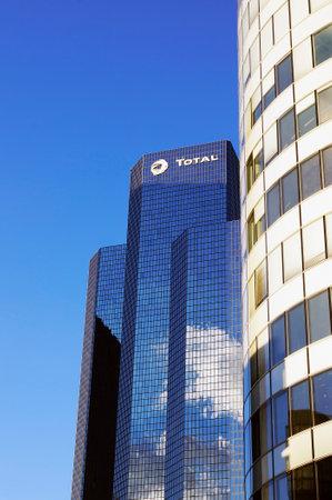 防衛: パリ、フランス - 2015 年 9 月 29 日: トゥール ・ トタルは超高層ビル (高さ 190 m)、パリのラ ・ デファンスのビジネス地区に位置、ペトロフィナの主
