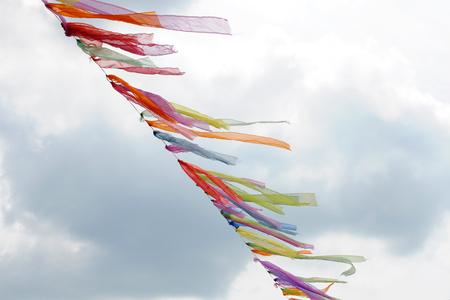 viento: guirnalda de cintas de colores que vuelan en el viento