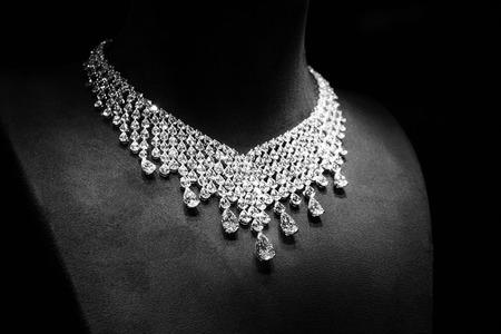 blanco y negro: Collar de oro blanco con diamantes sobre un soporte