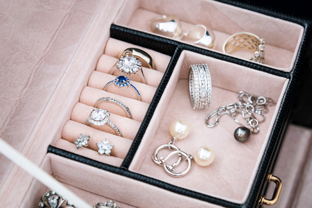 perlas: Rectángulo de joyería con los anillos de oro blanco y plata, pendientes y colgantes con perlas. Colección de joyería de lujo Foto de archivo