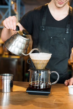 espreso: Barista making kemeks coffee. Man pours boiling water into the filter with ground coffee Stock Photo