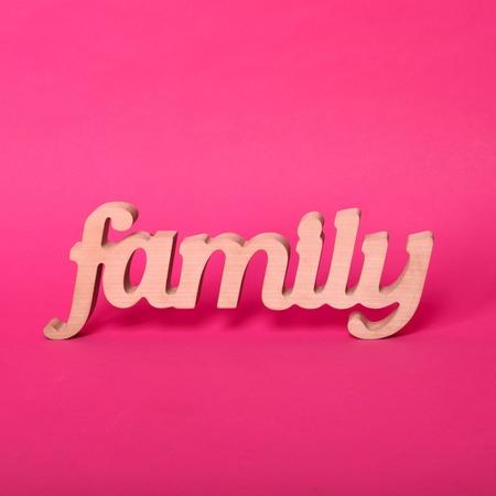 agradecimiento: familia de palabras, letras de madera en el fondo de papel de color rosa. El amor y la unidad concepto Foto de archivo