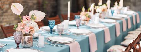 Bloementafeldecoraties voor vakanties en huwelijksdiner. Tabel voor vakantie, evenement, feest of huwelijksreceptie in openluchtrestaurant. Banner voor website. Stockfoto
