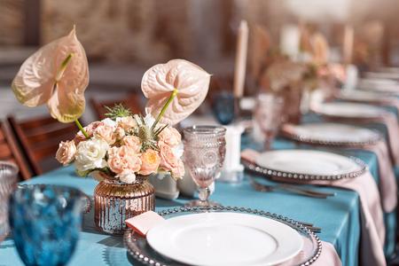 Decoraciones de mesa de flores para fiestas y cena de boda. Mesa fijada para la recepción del día de fiesta, del acontecimiento, del partido o de boda en restaurante al aire libre. Foto de archivo - 78282380