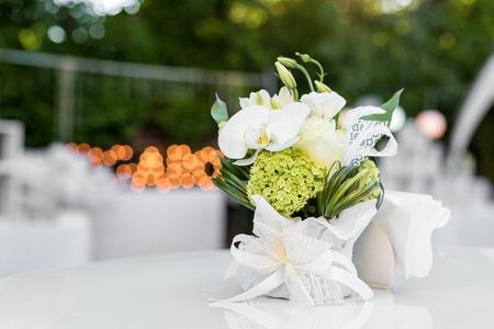 Bloemen op de tafel in openluchtrestaurant. Interieur van een zomerterras van café. De instelling van de tabel voor bruiloftsreceptie of een evenement. Ruimte voor tekst kopiëren.