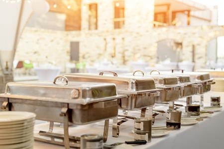 뷔페 가열 트레이는 서비스 준비가되어 서 있습니다. 야외 뷔페 레스토랑, 호텔 레스토랑.