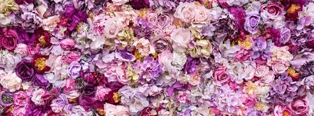 De textuurachtergrond van de bloem voor huwelijksscène. Rozen, pioenrozen en hortensia's, kunstbloemen aan de muur. Banner fow-website. Stockfoto