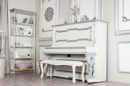 ライト クラシック リビング ルーム インテリア ピアノ。豪華なアパートメントです。 写真素材 - 83211734