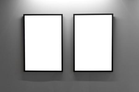 Leere Bilderrahmen Auf Grauer Wand Im Dachbodeninnenraum. Galeriewand Mit  Den Leeren Plakatrahmen Innen.