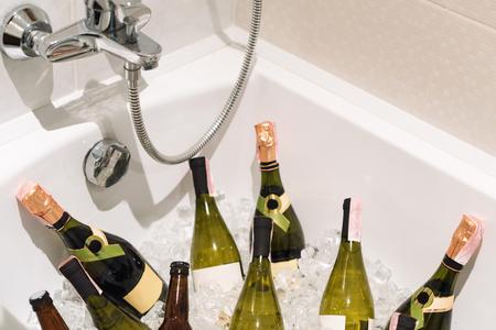 Champagne Und Bier Mit Eis Im Badezimmer. Partygetränke Lizenzfreie ...