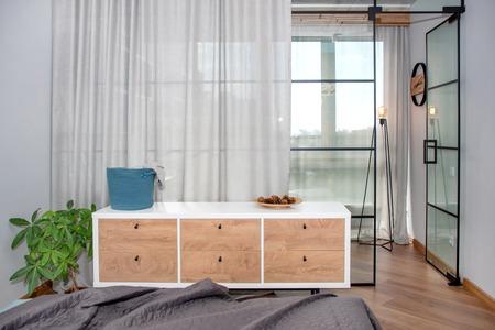 Trendiges modernes Design mit Glastrennwand, minimalistisches modernes Schlafzimmerinterieur.