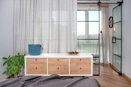Trendy modern design met glazen scheidingswand, minimalistisch modern slaapkamerinterieur.