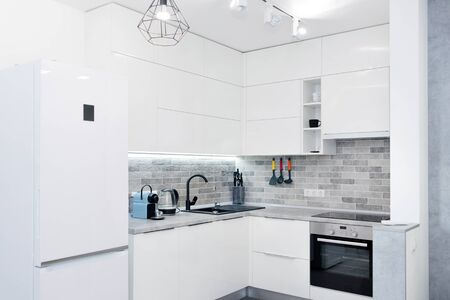 Interno bianco moderno della cucina. Interni contemporanei con elementi loft. Archivio Fotografico