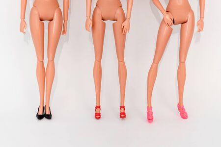 Puppen in verschiedenen stilvollen Schuhen. Selektiver Fokus. Mädchen lieben Schuhe, Verkauf und Modekonzept. Standard-Bild