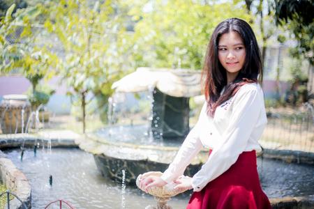 babero: chica en el babero rojo Foto de archivo