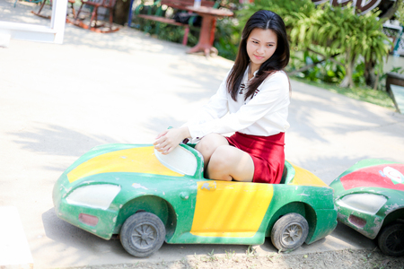 babero: chica en rojo con el babero miniautomóvil