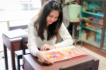 babero: chica en el libro rojo de leer babero Foto de archivo