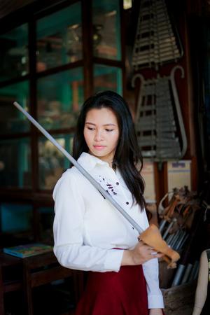 babero: chica en el babero rojo con la espada Foto de archivo
