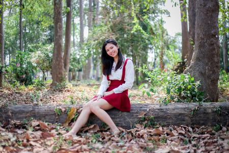 babero: chica en el babero rojo en el parque