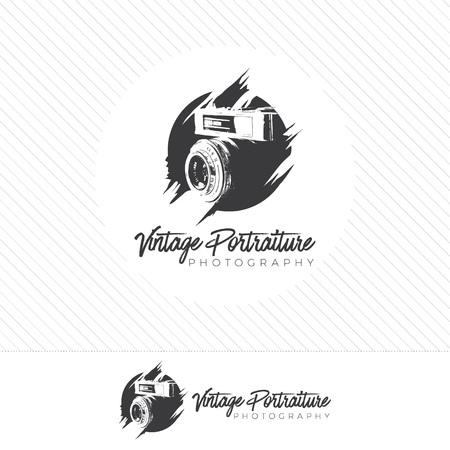 silueta abstracta fotografía logo. Vector de icono de cámara de estilo vintage con fotógrafo sosteniendo una lente. Logos