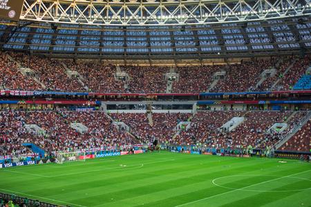 MOSKAU, RUSSLAND - 11. Juli 2018: Fußballfans feiern während der FIFA-Weltmeisterschaft 2018 im Halbfinale-Fußballspiel zwischen England und Kroatien am Luzhniki-Stadion.