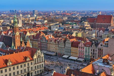 Luftaufnahme von Stare Miasto mit Marktplatz, altem Rathaus und St.-Elisabeth-Kirche von der St.-Maria-Magdalenen-Kirche in Breslau, Polen
