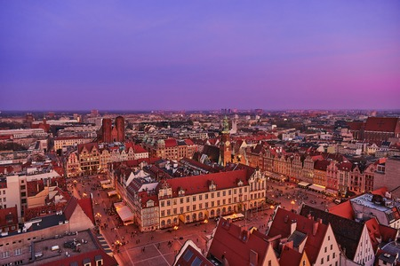 Aerial view of the sunset of Stare Miasto with Market Square, Old Town Hall and St. Elizabeths Church from St. Mary Magdalene Church in Wroclaw, Poland Archivio Fotografico - 123027926