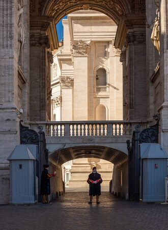 VATICAN - November 11, 2018: Swiss Guard standing guard with a halberd in Vatican City. Vatican City State is a sovereign city-state within the city of Rome Редакционное