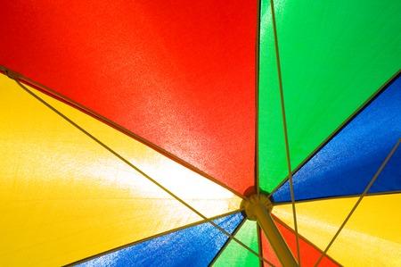 insolaci�n: Cierre de tiro de sombrilla de colores primarios