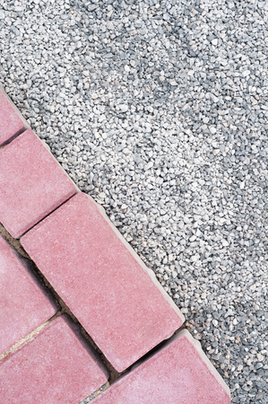 Red, rectangular paving stones and fine gray gravel in top view; Garden design; Materials for horticulture; Path construction Standard-Bild