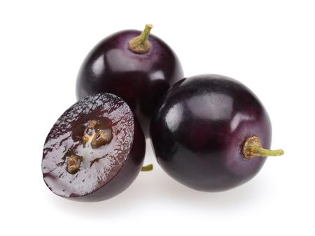 Schwarze Trauben und halbe Traube isoliert auf weißem Hintergrund
