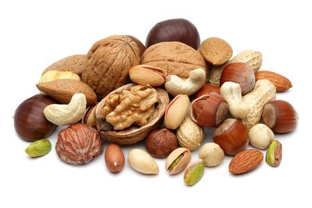 Gemengde noten die op witte achtergrond worden geïsoleerd