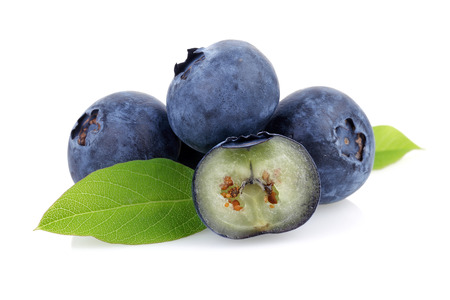 Fresh blueberries with leaves isolated on white background 免版税图像