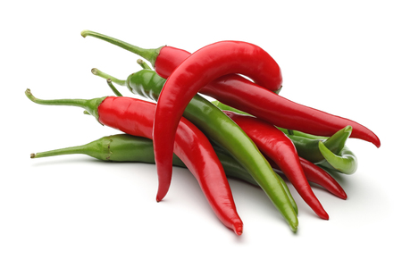 Peperoni verdi e rossi, isolati su sfondo bianco
