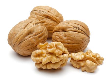 Hele en gebarsten walnoten geïsoleerd op een witte achtergrond Stockfoto