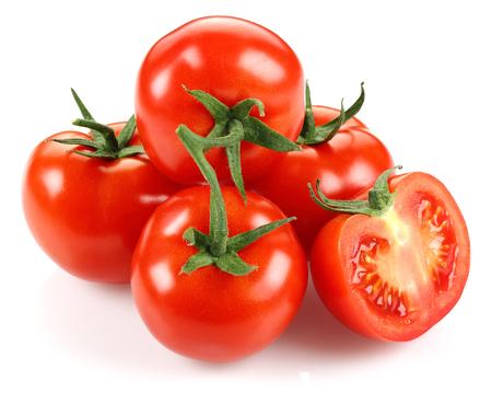 Ganze und halbe Tomaten isoliert auf weißem Hintergrund